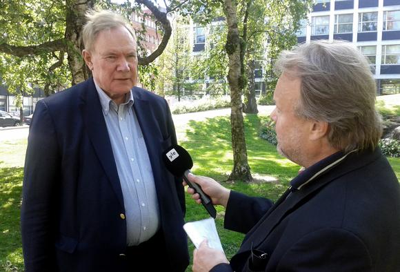 Toimittaja Ari Mölsä haastattelee Paavo Lipposta.