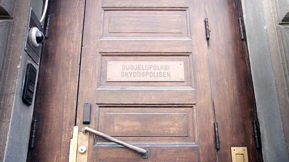 Suojelupoliisin ovi Helsingissä.