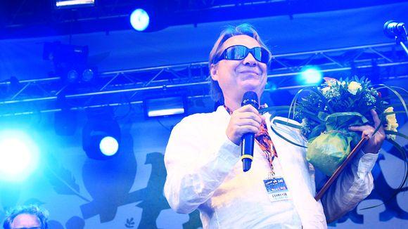 Heikki Salo lavalla kukkien kera.