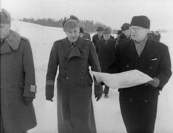 Pääministeri Urho Kekkonen tutustumassa Neuvostoliiton luovuttamaan Porkkalan vuokra-alueeseen vuonna 1956.