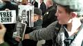 Mielenosoittajia kirjakaupassa