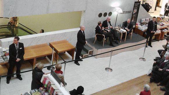 Jorma Ollila Akateemisen kirjakaupan lavalla Helsingissä.