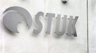 STUK -kyltti säteilyturvakeskuksen seinässä.