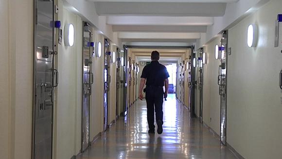 Video: Vanginvartija kävelee vankilan käytävällä.