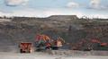 Talvivaaran louhoksella kaivinkoneet lastaavat maa-ainesta dumppereihin.