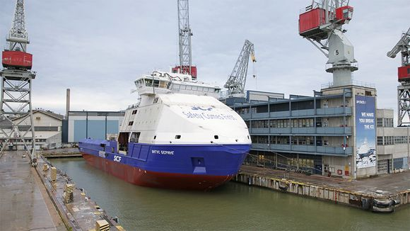 Helsingin telakalla rakennettu jäänmurtokykyinen Vitus Bering -offshorealus telakan altaassa.