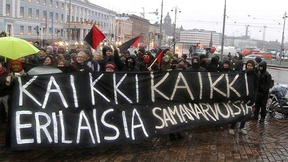 Rasismin vastaisen mielenosoituksen osallistujia.