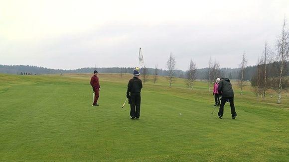 Ihmisiä golfamaassa Vihdissä joulupäivänä.