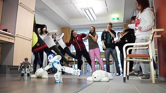 Robotti tanssitunnin vetäjänä.