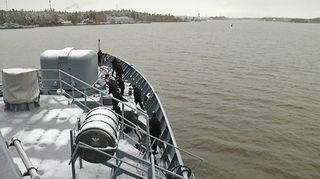 Miinalaiva Uusimaa harjoittelee avovedessä.
