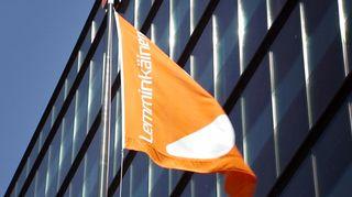 Lemminkäisen lippu pääkonttorin edustalla.