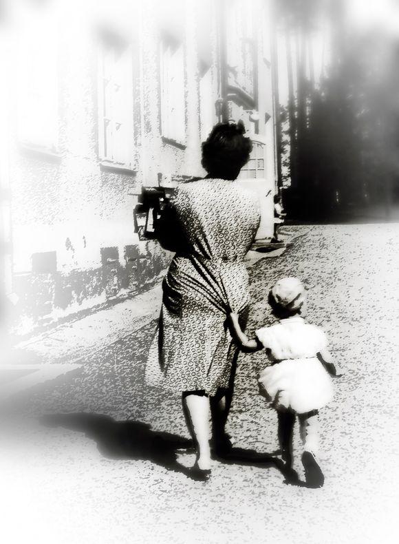 Äiti ja lapsi kadulla.
