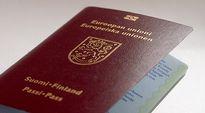 Suomen passi pöydällä.