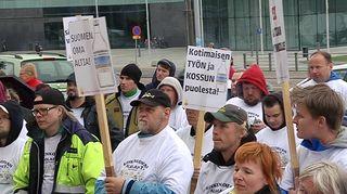 Altian Rajamäen pullottamon ja Koskenkorvan tehtaan työntekijät osoittavat mieltään Altian myyntiä vastaan Eduskuntatalon edustalla.