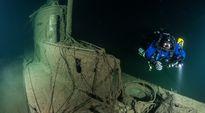 Sukeltaja U-26:n hylyn vieressä.