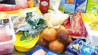 Ruokaostoksia kaupan liukuhihnalla