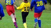 Juniorijalkapalloilijoita pelaamassa.