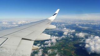 Lentokoneen siipi ilmassa.