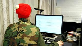 Nettierävalvoja tutkii internetin keskustelupalstaa.