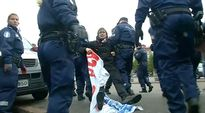 Video: Poliisi ottaa kiinni mielensoittajia Rautatientorilla.