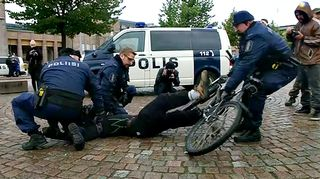Poliisi ottaa kiinni mielensoittajia Rautatientorilla.