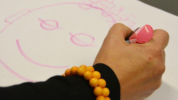 Audio: Lähikuva kädestä, joka piirtää hymynaamaa
