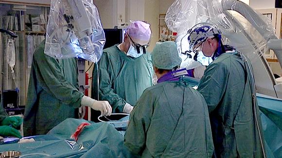 kirurgit tekevät sydänleikkausta