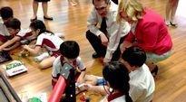 Krista Kiuru Singaporelaisessa koulussa.