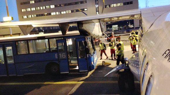 Ilman kuljettajaa liikkunut bussi törmäsi juuri Jyväskylästä saapuneeseen koneeseen.