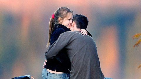 Tyttö ja poika halaavat