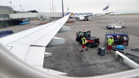 Matkalaukkuja lasytataan lentokoneeseen.