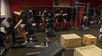 Video: Mies harjoittelee kuntosalilla.