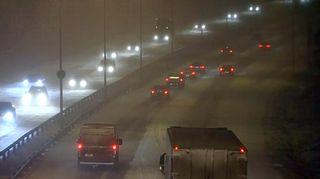 Autoja lumipyryssä.