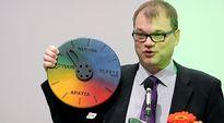 Juha Sipilä esittelee uuden organisaatiokakkaran Porissa.