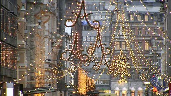 Aleksanterinkatu jouluvalaistuksessa.