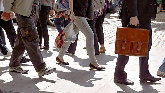 Käveleviä ihmisiä kadulla.