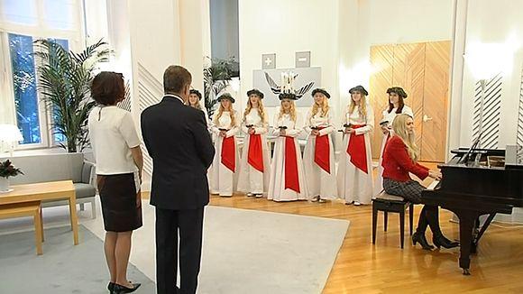 Suomen Lucia-neito Sandra Eriksson tapaamassa presidentti Sauli Niinistöä ja Jenni Haukiota Mäntyniemessä.