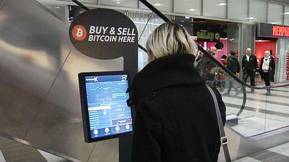 Nainen Bitcoin-automaatilla.
