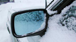 Lumisen auton sivupeili.