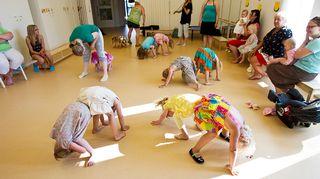 Suomalaislapsia on rokotettu tuhkarokkoa vastaan vuodesta 1975. Kuvassa on menossa päiväkodin tanssihetki Kangasalla.