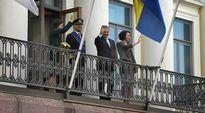 Video: Kuningaspari yhdessä Sauli Niinistön ja Jenni Haukion kanssa presidentinlinnan parvekkeella.