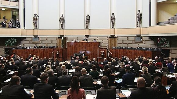 Eduskuntasalissa äänestettiin asiasta 6. maaliskuuta 2015.