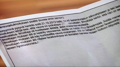 Lastensuojeluilmoituksen tekstiä paperilla.
