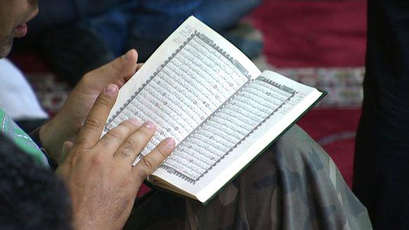 Mies lukee koraania