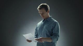 Video: Mies lukee kirjettä.