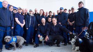 Pelastajaryhmä lähtövalmiina Nepalin maanjäristysalueelle Rissalan lentokentällä Kuopiossa 27. huhtikuuta. Vasemmalla on rauniokoira Haba ja oikealla Karkki.