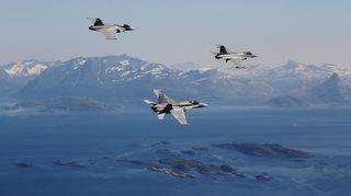 Ilmavoimien koneita ilmassa.