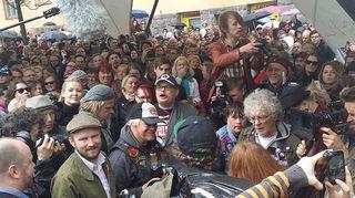 Pertti Kurikan nimipäivät -yhtyeen jäsenet ja satoja ihmisiä heidän ympärillään.