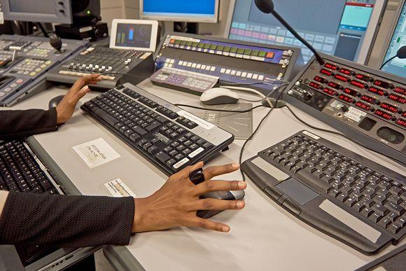 Pöydällä eri ohjelmistojen päätelaitteita.