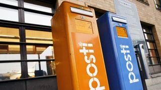 Ensimmäisen ja toisen luokan postin postilaatikot Postitalon pääpostin edessä Helsingissä.